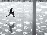 mężczyzna trzyma torebkę - Bieganie na lotnisku. Lotnisko Shenzhen, Shenzhen, Chiny