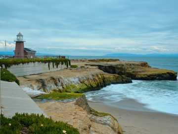 faro durante il giorno - Un faro sulla costa, visto durante il viaggio da San Francisco a Los Angeles lungo la Route 1. Calif