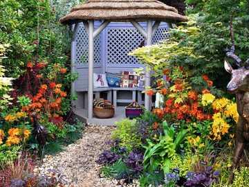 Laube, Blumen im Garten - M ....................