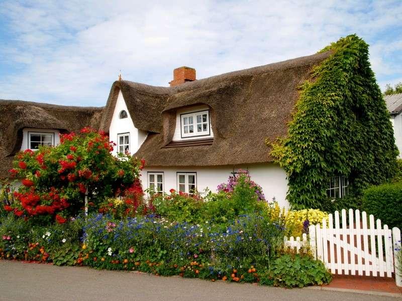 Haus mit Blumen. - Haus umgeben von Blumen.