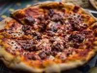 Pizza mit Fleischbelag - Traditionelle Pizza, Diavola! Salerno, Italien. Montecorvino Rovella, Italien