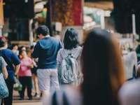 nő állt a tömeg közepén - Hongkongba jött, hogy szebb jövőt keressen. A stressz és a nyomás azóta vele van, időnként a