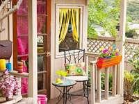 O casă de grădină cu un decor colorat - O casă de grădină cu un decor colorat