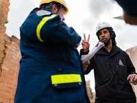Ο άνδρας δομικός μηχανικός διευθύνει την εκπαίδευση για την αντιμετώπιση καταστροφών