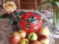 alma és a labda az asztalon