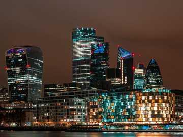 skyline della città durante la notte - Vista della città di Londra. Lunga esposizione di notte. London Borough of Southwark, Regno Unito