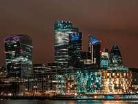 horizonte da cidade durante a noite - Vista da cidade de Londres. Longa exposição à noite. London Borough of Southwark, Reino Unido