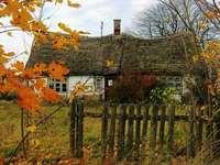 Oud huisje. Herfst - Oud huis achter het hek. .Herfst