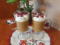 Cafea cu înghețată și fructe