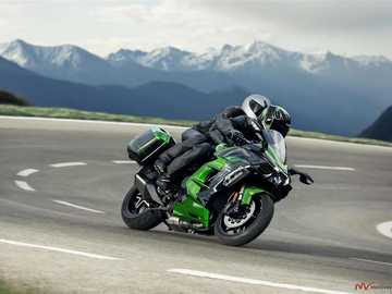 Motorkerékpár a hegyi úton - M ............................