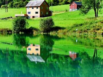 case lângă lac - Case pe lacul Floen, râul Oldeelva, Olden, Norvegia.