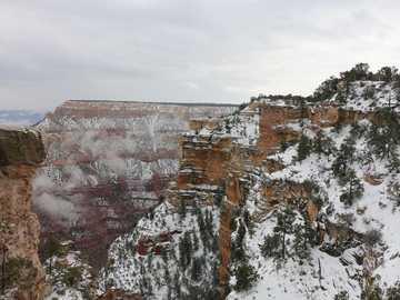 Разкошен Гранд Каньон през януари - кафява и бяла планина под бяло небе през деня. Гранд Ка�