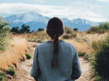 kvinna som går längs vägen under dagtid - Med utsikt över Pikes Peak från Palmer Park. Palmer Park, Colorado Springs, USA