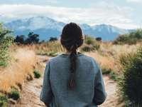 vrouw lopen langs traject overdag - Genietend van het uitzicht op Pikes Peak vanuit Palmer Park. Palmer Park, Colorado Springs, Verenigd
