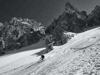 Personne à cheval sur le ski de neige en photographie en niveaux de gris - Dans une vallée insolite des Odles dans les Dolomites, loin des stations de ski.