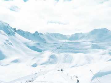 # Francie #ski # sníh - zasněžená hora pod zamračenou oblohou během dne. Val-d'Isère, Francie