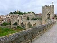 ponte sobre o rio fluvia - ponte sobre o rio Fluvia em Besalu, Girona