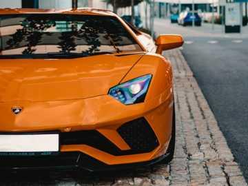 Lambor arancione - Lamborghini arancione sul marciapiede