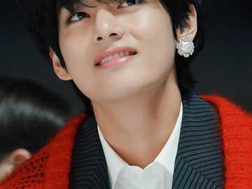 Kim Taehyung. - Simplemente disfruta de la belleza de Kim Taehyung. Espero que te hayas divertido haciendo esto. Gra
