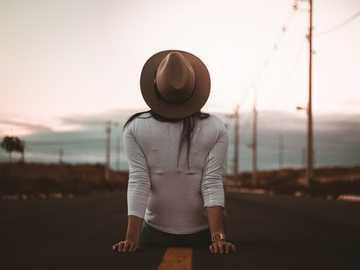 kvinna sitter på vägen bär vit skjorta och brun hatt - Stort tack för kärleken och hattarna, moderiktiga hattar. ♥.