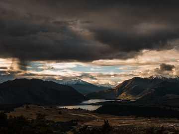 La vista desde Mt Iron - aguas tranquilas cerca de la montaña. Mt Iron Trail, Wanaka, Nueva Zelanda