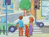 Avant le passage pour piétons - Les enfants attendent le feu rouge