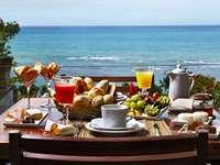 Хранене на терасата. Изглед към океана. - Закуска с гледка. М ..................... Закуска с изглед към мо�