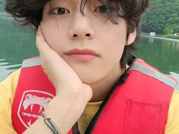 Kim Taehyung. - Απλά απολαύστε την ομορφιά του Kim Taehyung. Ελπίζω να διασκ�