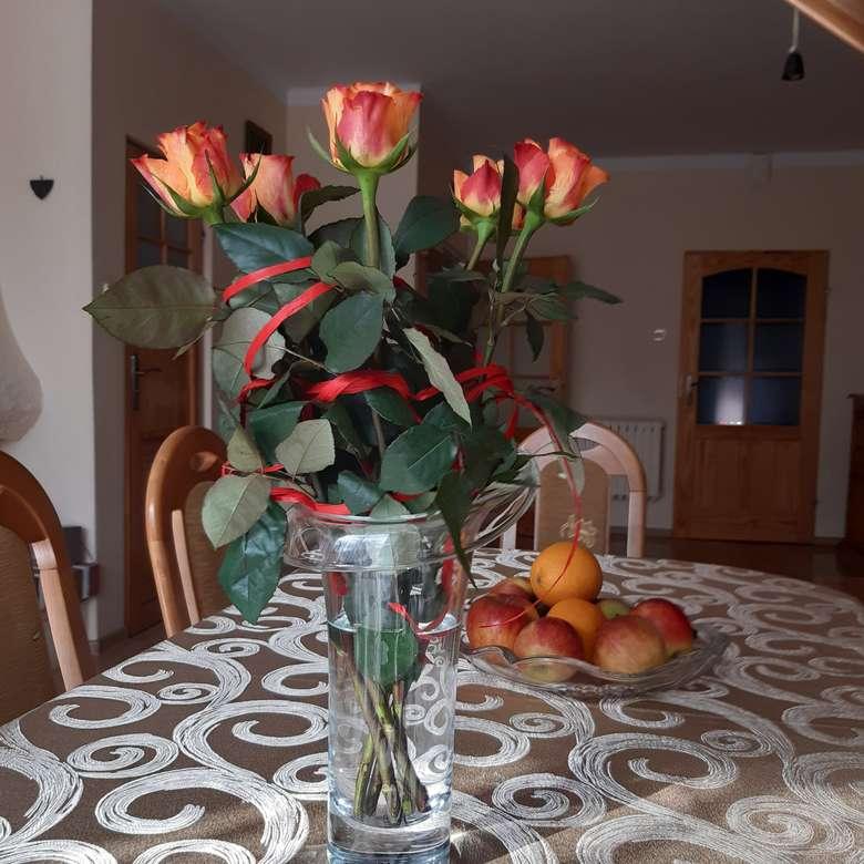 красиви рози във ваза на масата (9×9)