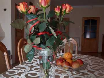 beautiful roses in a vase on the table - beautiful roses in a vase on the table