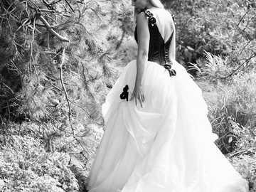 bruden södra Belle - kvinna i vit bröllopsklänning som står på marken. Lambertschaag, Nederland