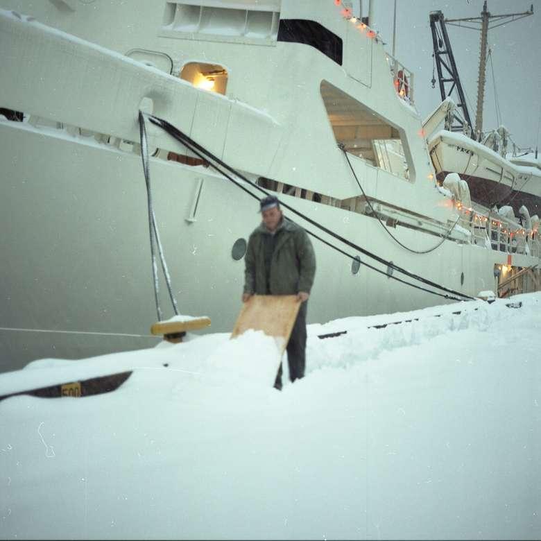 férfi állt a hó közelében hajó nappali online rejtvény