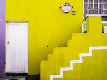 Limette viola - edificio in cemento giallo e bianco. Bo-Kaap, Schotsche Kloof, Cape Town, Sud Africa