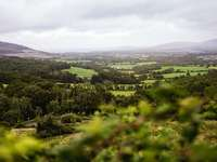 Piękny widok na Connemara - zielone pole trawa pod białym niebem w ciągu dnia. Connemara Loop, hrabstwo Galway, Irlandia