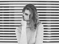 grijstinten foto van vrouw - vrouw in coltrui vormt. Tamarama, Australië