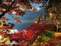Vue d'automne sur le lac et les montagnes