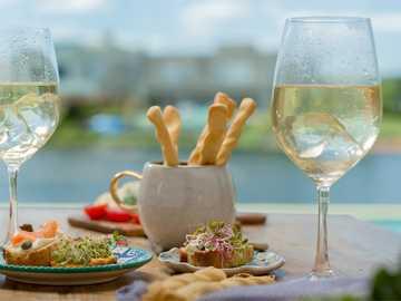 Draußen essen - Essen und trinken Sie im Freien.