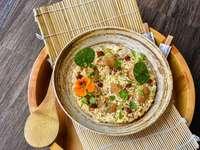 Nasi Goreng - comida asiática - prato de sopa em uma tigela de cerâmica marrom.