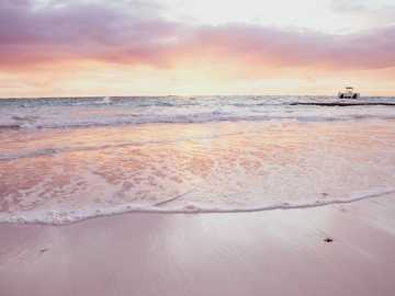 persone sulla spiaggia durante il tramonto - Alba sulla spiaggia di Punta Cana, Repubblica Dominicana. Punta Cana, Repubblica Dominicana