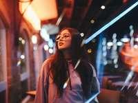 femeie în jachetă care privește clădirea - Exploram noaptea în căutarea unor lumini interesante pentru a folosi reflexii și flăcări. Destu