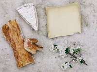 madeira cortada ao lado de flor de pétalas brancas