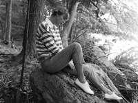 Taylor Swift - Αυτή είναι μια φωτογραφία του Taylor Swift που κάθεται σε έν�