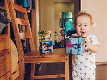 Cuburi moi cu imprimare foto de Instalook.ru - băiat în pijama albă și albastră, care ține paharul de plastic alb și roșu. Ekaterinburg, Р
