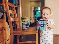 Zachte kubussen met fotoprint door Instalook.ru - jongen in witte en blauwe pyjama set met witte en rode plastic beker. Ekaterinburg, Россия