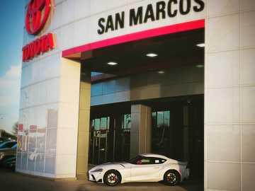 Edition limitée Supra - coupé blanc garé devant le magasin UNK. 5101 I-35 Frontage Rd, San Marcos, États-Unis
