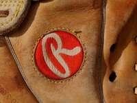 hnědá kožená taška s červeným logem