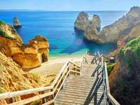 слезте по стълбите към водата - м ......................