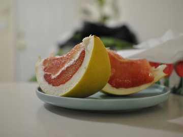 Toranja rosa - frutas ponkan fatiadas no prato.