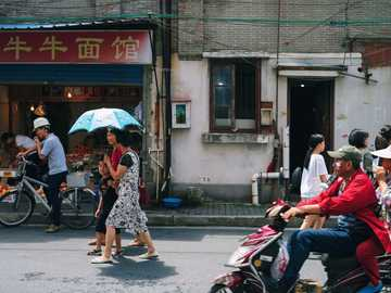 Hutong em Xangai - grupo de pessoas na rua. Xangai, China