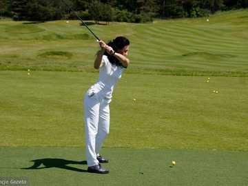 играе голф - м ......................